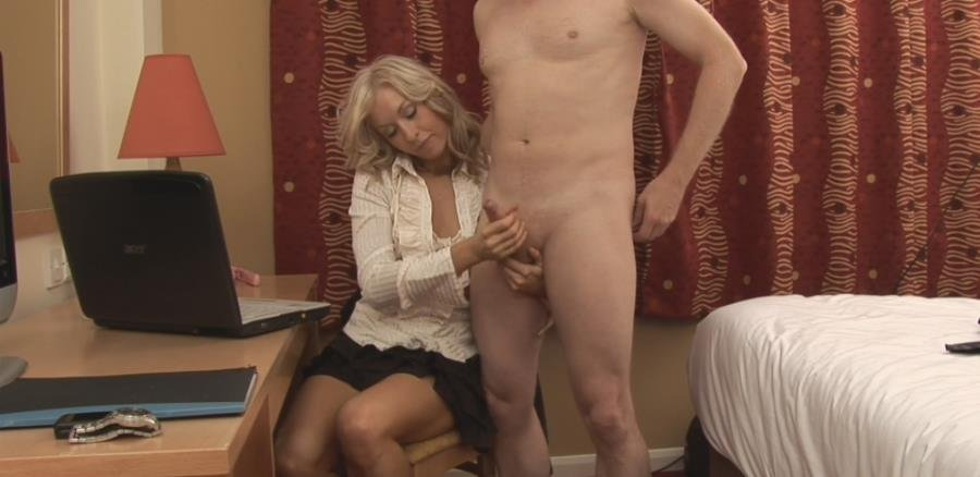 AmateurCFNM.com - Mia Moore - Girlfriend Discovers Naked Photos [FullHD 1080p / Amateur / Handjob / 2015]
