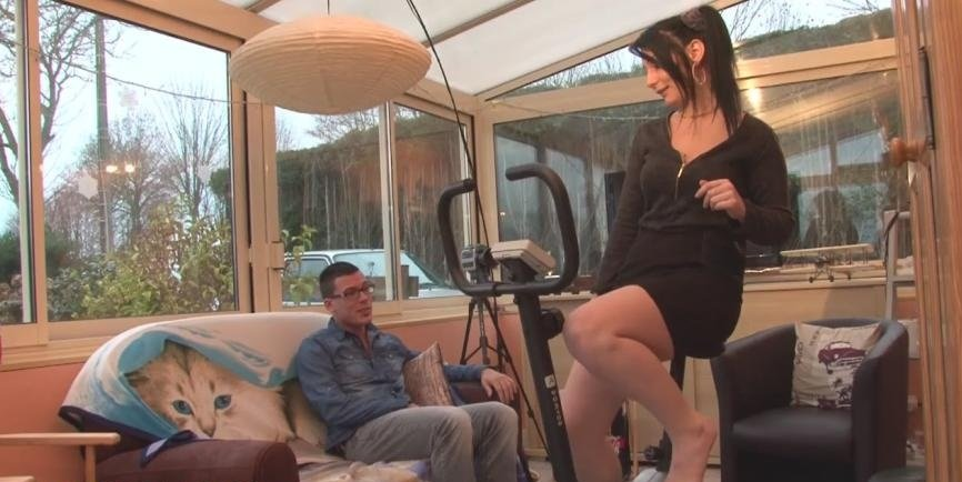 French Adult - Sarah - Sarah brule des calories de facon tres agreable! [HD 720p / Milf / Amateur / 2015]