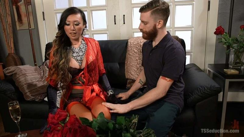 TSSeduction.com/Kink.com - Venus Lux - Delivery Man Worships Feet and Gets Fucked [HD 720p / Transsexual / Anal / 2016]
