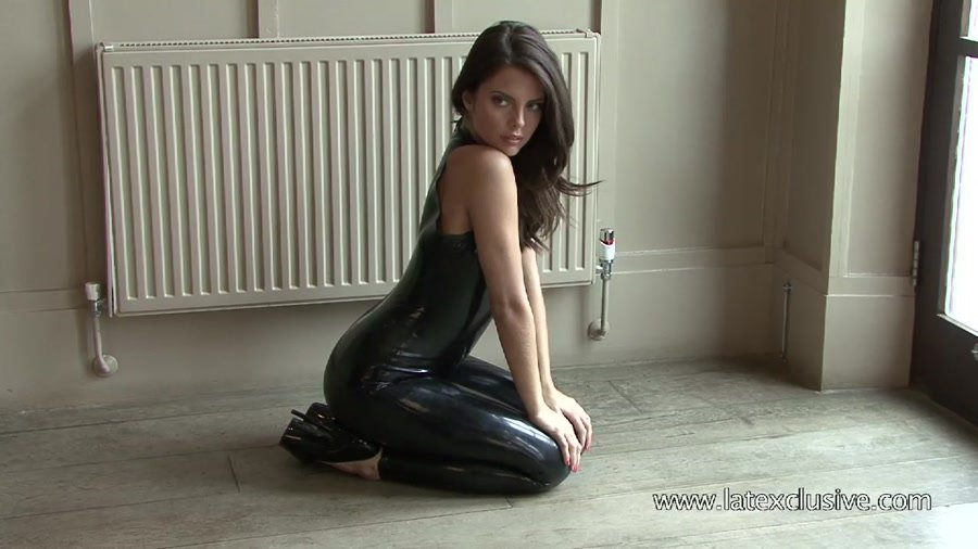 Latexclusive.com - Lara - Black Latex Sleeveless Catsuit 2 [HD 720p / Latex / Solo / 2012]