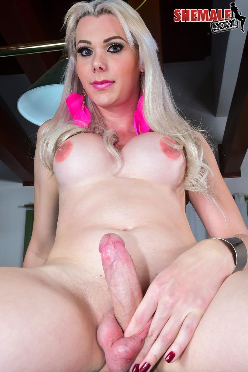 Tranny sucking her own cock