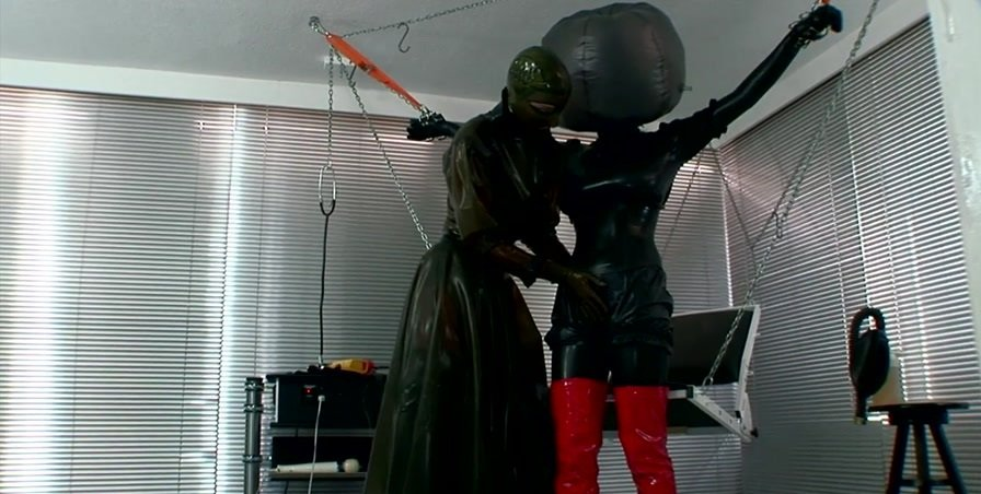 Freaksinside.com - Julia and Lady Seraphina - Without Arms 04 [HD 720p / Latex / Fetish / 2016]
