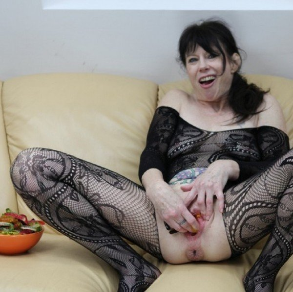 DirtyGardenGirl.com - DirtyGardenGirl - Jelly worms, lots of jelly worms in my holes [FullHD / 2017]