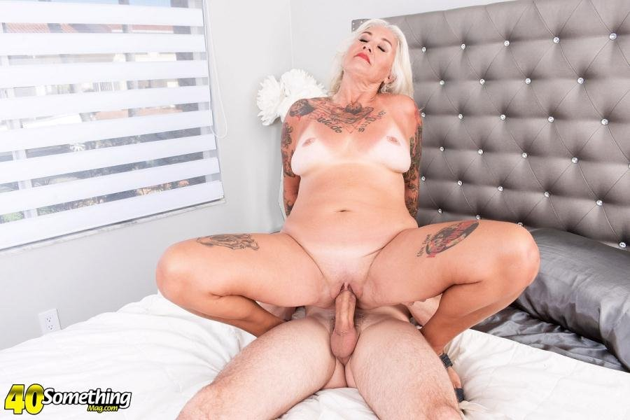 40SomethingMag.com - Amelia Mack - A Mac attack for first-timer Amelia Mack [FullHD 1080p / Mature, All Sex / 2018]