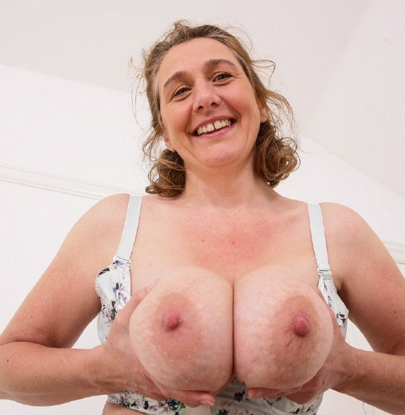 Mature.nl - Camilla C. EU 45 - British big breasted housewife Camilla fooling around [SD / Mature / 2018]