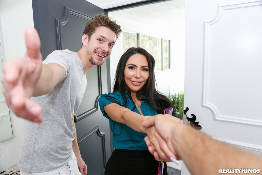 MilfHunter.com / RealityKings.com - Lela Star - Hot Decorator Milf [SD / Milf /  2018]